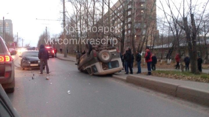 УАЗ зацепился о «Вольво» и перевернулся на въезде во двор