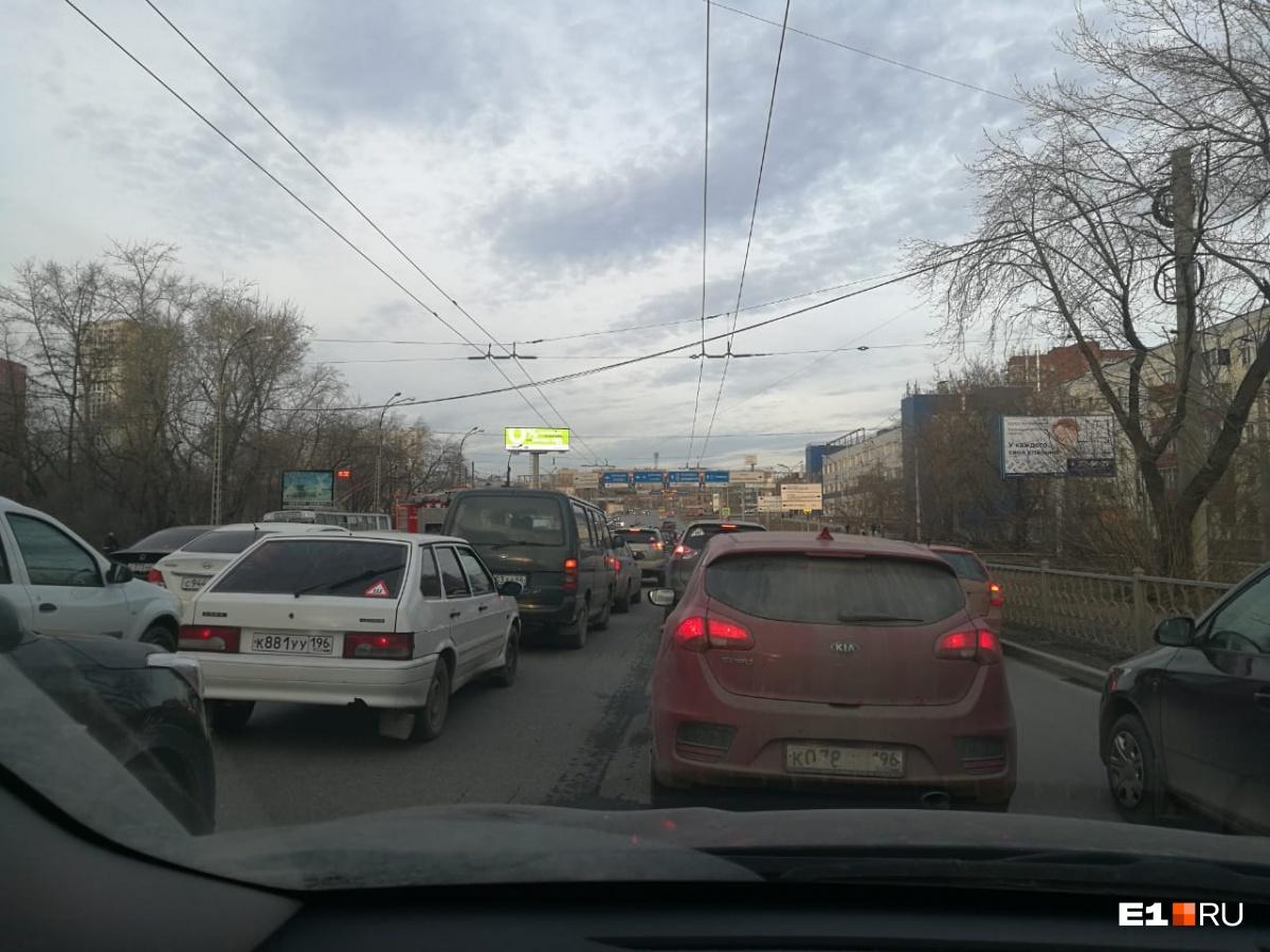 «У двух машин нет передней части»: улица Челюскинцев застыла в пробке из-за аварии с пострадавшими