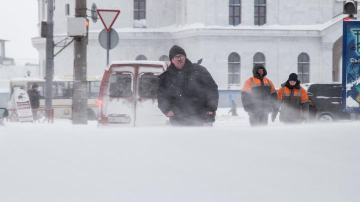 «Быть на улице по минимуму»: штормовое предупреждение объявлено в Поморье до утра воскресенья