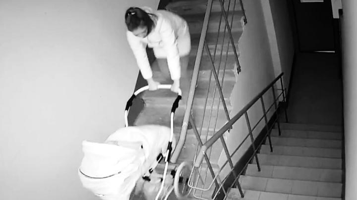 «Эта барышня беременна»: на Уралмаше девушка украла из подъезда чужую коляску и попала на видео