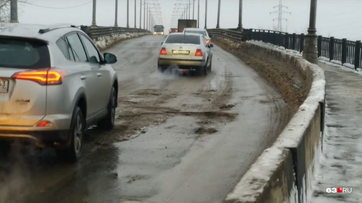Житель Волгаря записал видеообращение с просьбой заделать яму на мосту через реку Самара