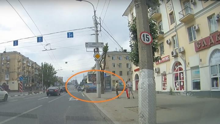Выехавший под «кирпич» с Комсомольского моста джип лоб в лоб столкнулся с легковушкой
