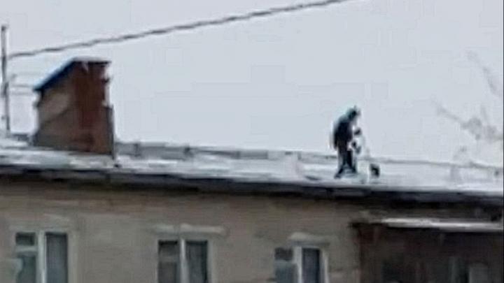 Видео дня. В Балахне коммунальщик без страховки чистит крышу пятиэтажки от снега