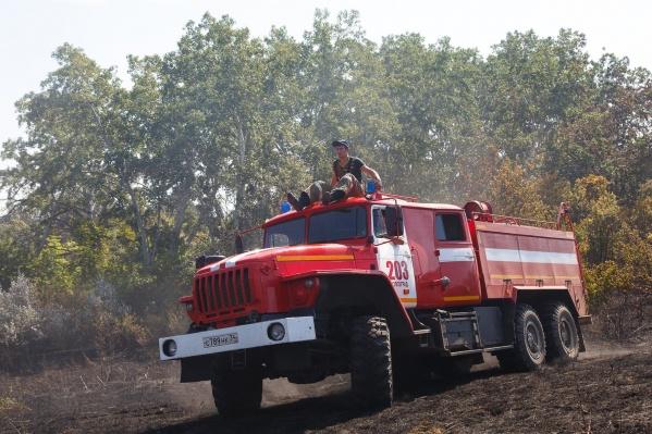 Пожарным пришлось тушить волгоградца и камыши