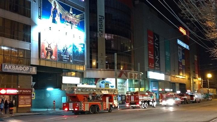 Ночной переполох: что пожарные делали в ТЦ «Аврора Молл»
