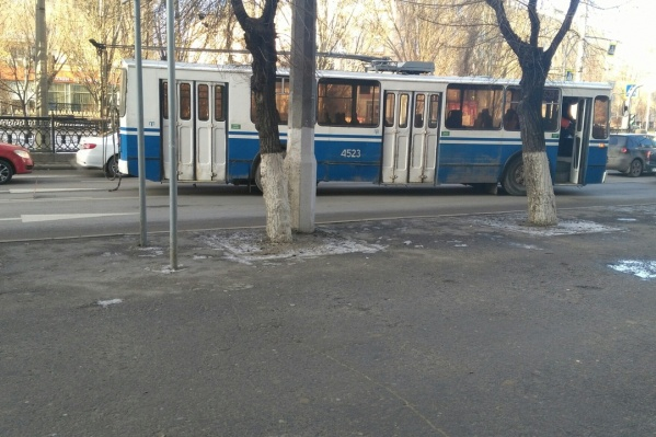 Водителям приходится объезжать троллейбус по единственной свободной полосе