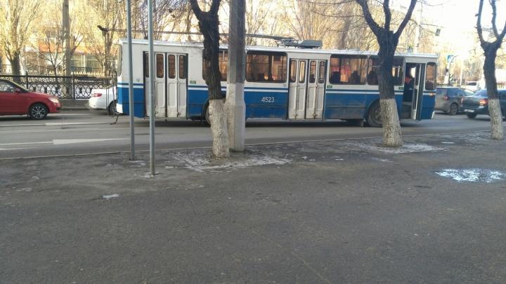 В центре Волгограда образовалась пробка из-за сломавшегося троллейбуса