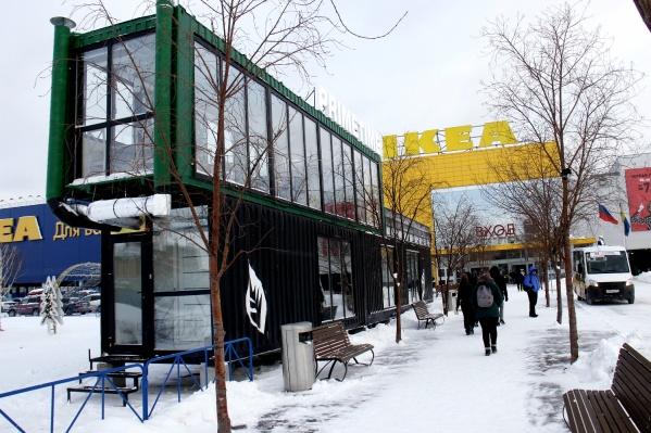 Павильон кофейни установлен напротив входа в магазин ИКЕА