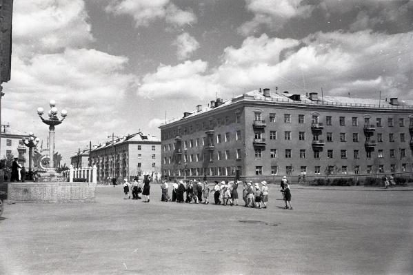 Начало шестидесятых, площадь на проспекте Седова. Школьников ведут в ДК железнодорожников
