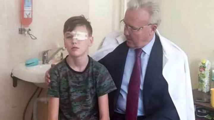 Получивший молотком в глаз школьник пройдет реабилитацию в Москве