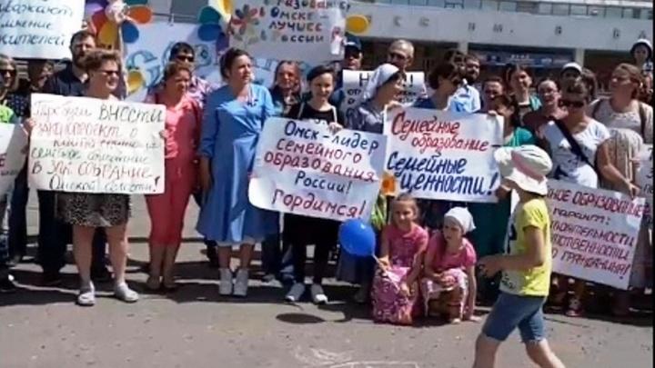 «Это не блажь, а потребность детей»: у СКК Блинова прошёл митинг в поддержку семейного образования