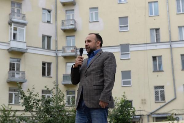 Сергей Сухоруков— депутат новосибирского горсовета от КПРФ. В совете он занимает должность заместителя председателя комиссии по социальной политике и образованию