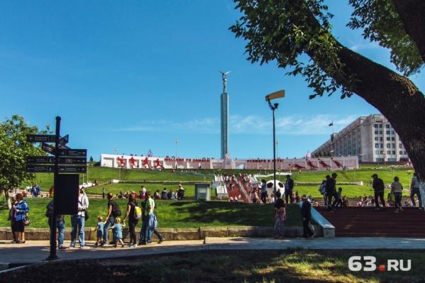 Сейчас монумент украшает футбольная инсталляция