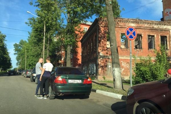 Ярославцы часто бросают машины где попало