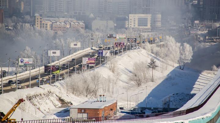 «Колдобины и бугры»: показываем, каким стало покрытие Октябрьского моста после прошедшей оттепели