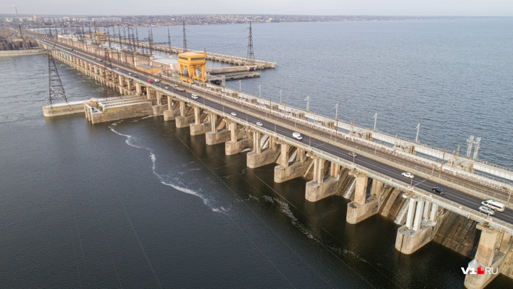 «За 60 лет такое было два раза»: фотограф показал с высоты остепенившуюся Волжскую ГЭС