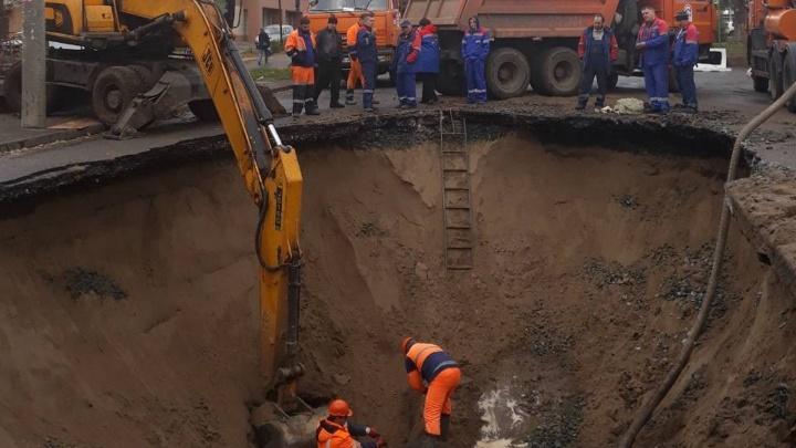 Дорогу перекрыли, воду отключили: коммунальную аварию у автостанции «Аврора» устранят к вечеру