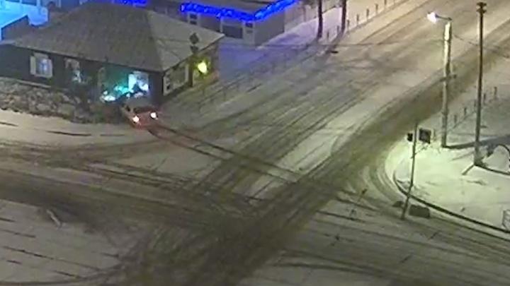 В Челябинске водитель врезался в дом и скрылся с места ДТП