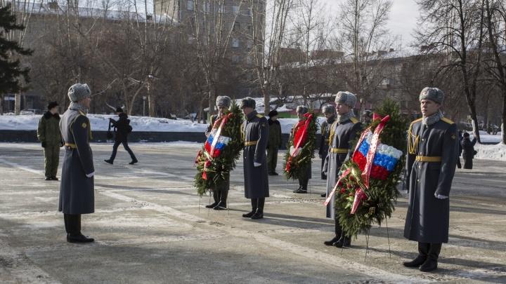 Десятки новосибирцев возложили цветы к Монументу Славы в честь 23 Февраля