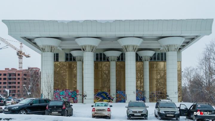 В Перми собираются снести ДК «Телта». Мы забрались внутрь «заброшки» и посмотрели, что там сейчас