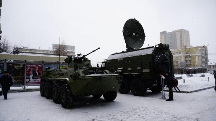К областному правительству съехалась военная техника