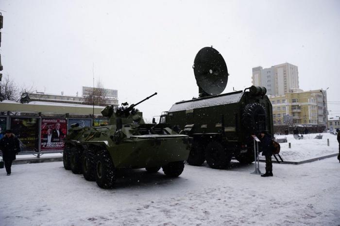 Военные устроили выставку военной техники рядом со зданиями правительства и филармонии