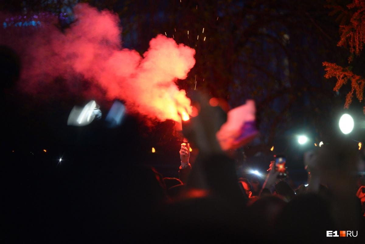 На третий день в толпе участников акции жгли фаеры