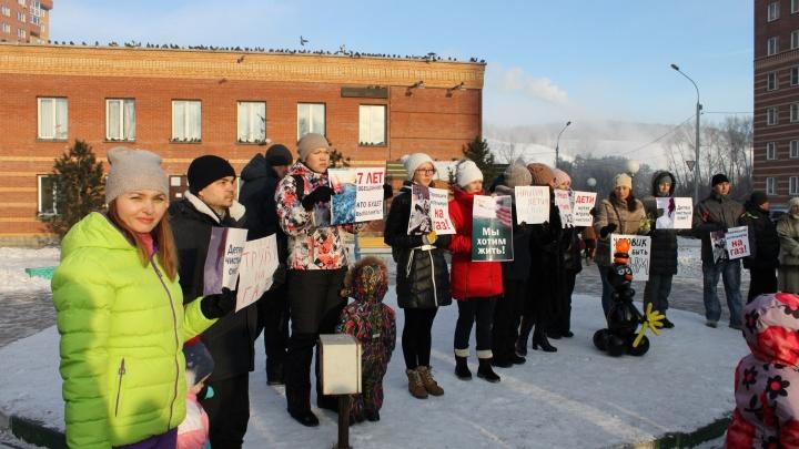 Новосибирцы вышли на пикет против чёрного снега
