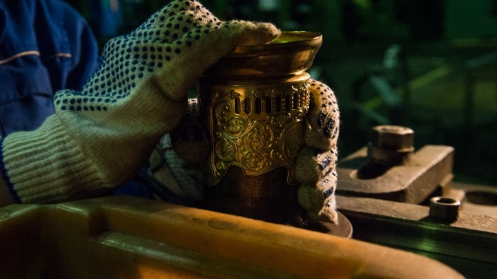 Производственный репортаж: как делают легендарные подстаканники, из которых пьём чай в поездах