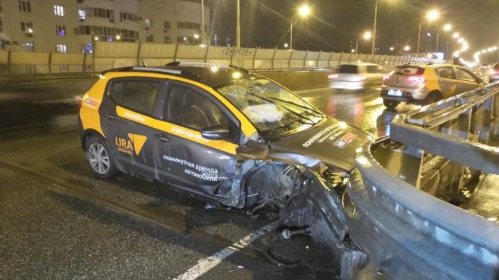 Трое парней на взятой напрокат машине влетели в разделительное ограждение на Московской