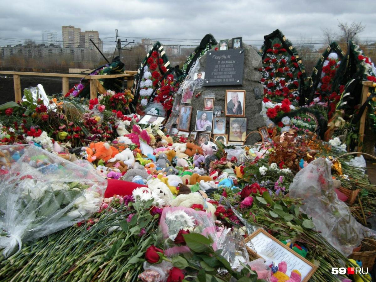 Такой стихийный мемориал появился на месте трагедии через несколько дней