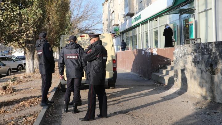 «Планировали взорвать банкомат»: в Волгограде оцепили здание Сбербанка