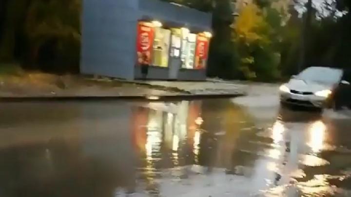 В Волгограде ушла под воду новая дорога на улице Кузнецова