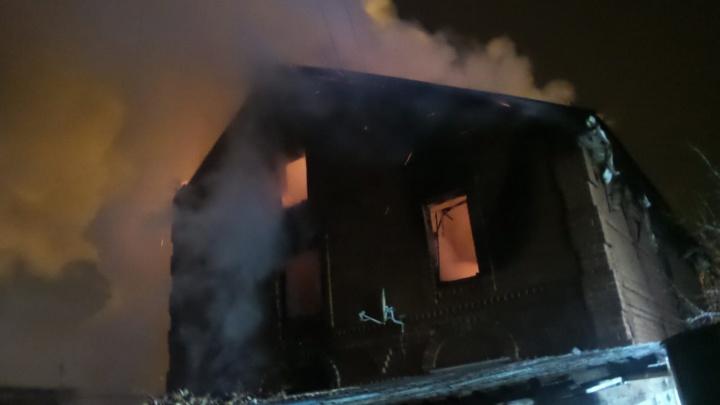 На Уктусе ночью полностью выгорел двухэтажный жилой дом