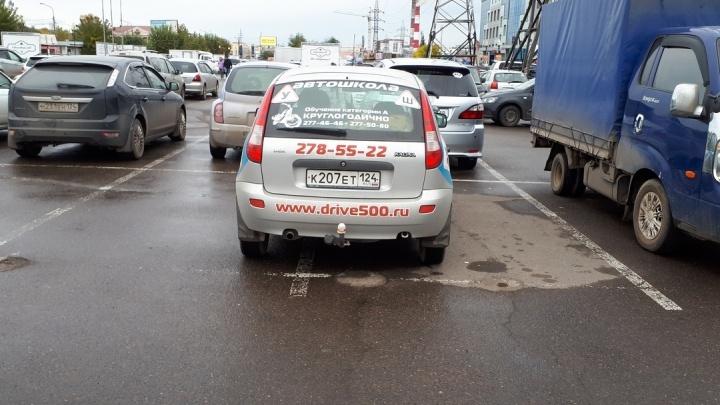 Число любителей парковаться на переходах зашкаливает. Знакомимся с законченными автохамами октября
