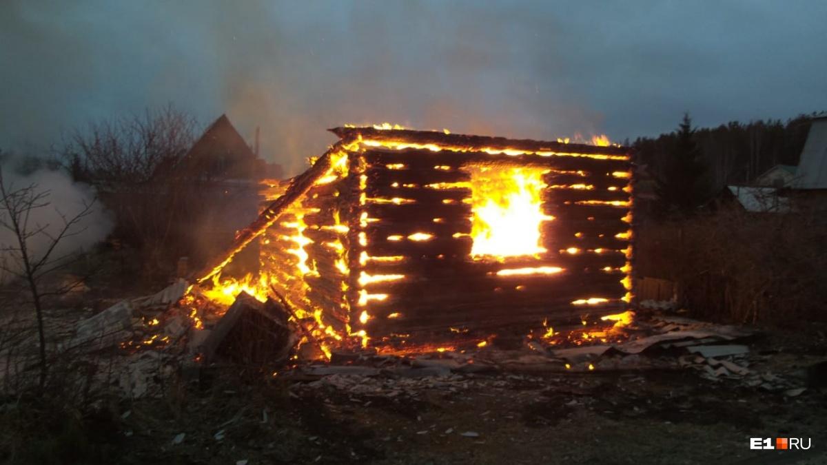 Дома выгорели до основания
