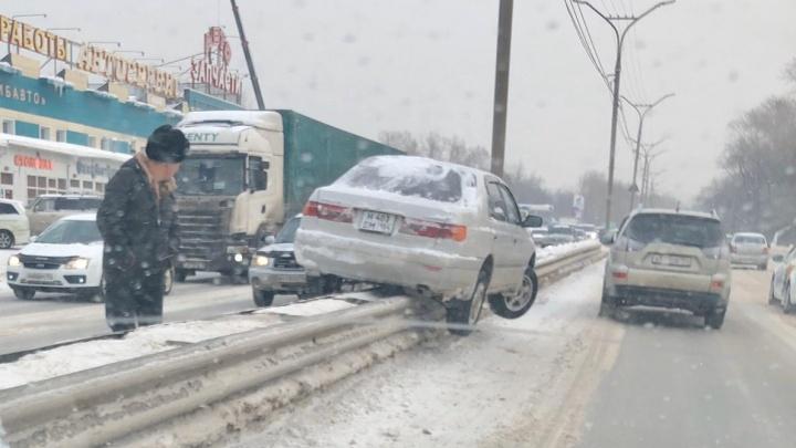 «Смотрите, как я могу»:автомобиль повис на разделителе Бердского шоссе