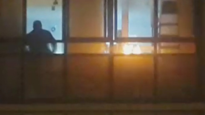 Екатеринбуржца, который пожарил шашлыки на балконе, чтобы угостить друзей, оштрафовали