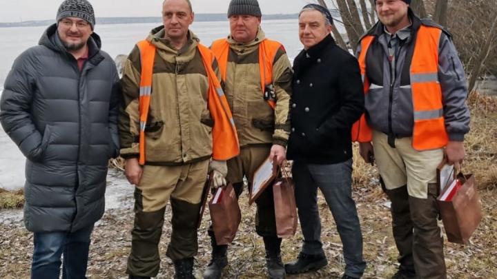 Владимир Шахрин наградил рабочих, которые спасли собаку на Шарташе