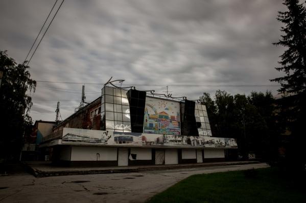 В конце февраля во время демонтажа в здании кинотеатра «Космос» на одного из рабочих упала бетонная плита