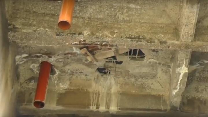 «Арматура торчит, везде дыры»: огрехи ремонта Коммунального моста наглядно показали общественники