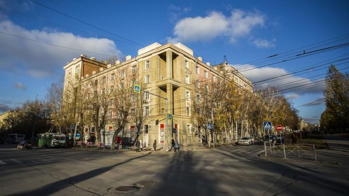 «Разорвали натяжной потолок»: квартиры в доме-памятнике затопило из-за незаконченного ремонта крыши