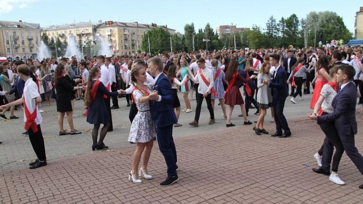 В Рыбинске выпускники на площади станцевали вальс