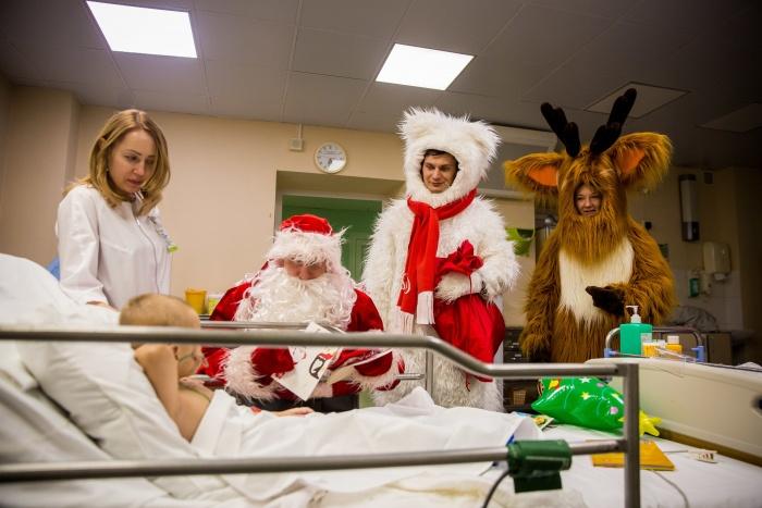 Сегодня вечером дети получили не только ужин, но и компанию зверей и Деда Мороза