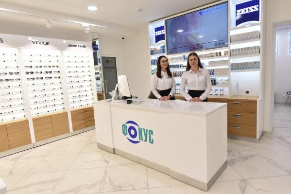 В салоны оптики «Фокус» требуютсяпродавцы-консультанты и администраторы-кассиры