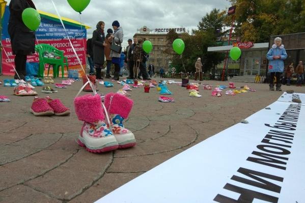 Ботинки — символ нерождённых детей для участников акции