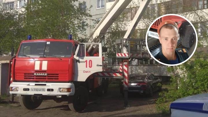 Омский пожарный снял с балкона на пятом этаже пенсионерку. Она 15 минут висела на руках