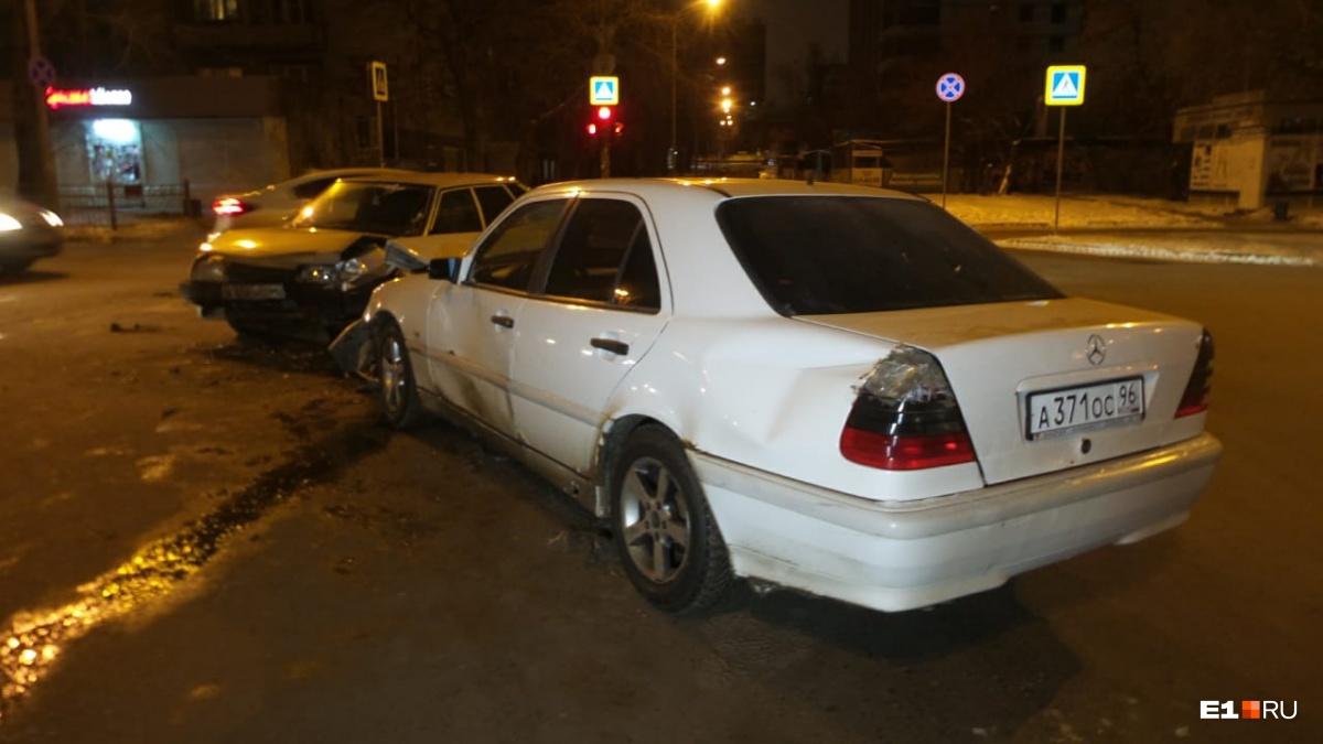 При столкновении двух автомобилей в центре Екатеринбурга пострадала семилетняя девочка