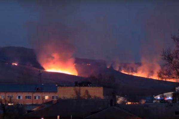 Кажется, будто пожар совсем близко, но он отделен от города Енисеем