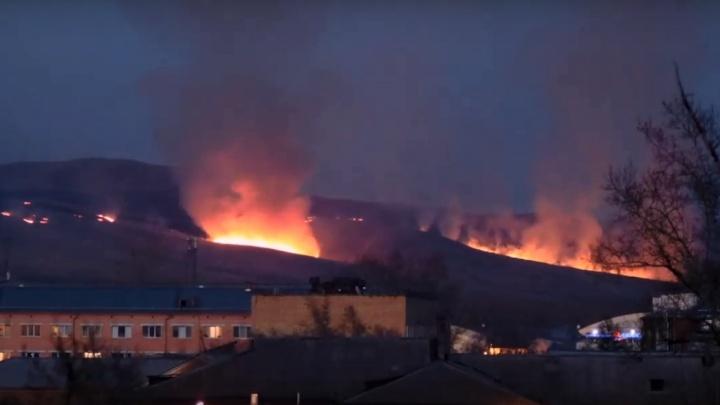 Видео: на границе Красноярского края и Хакасии горит гора. Жители Абакана наблюдают жуткую картину